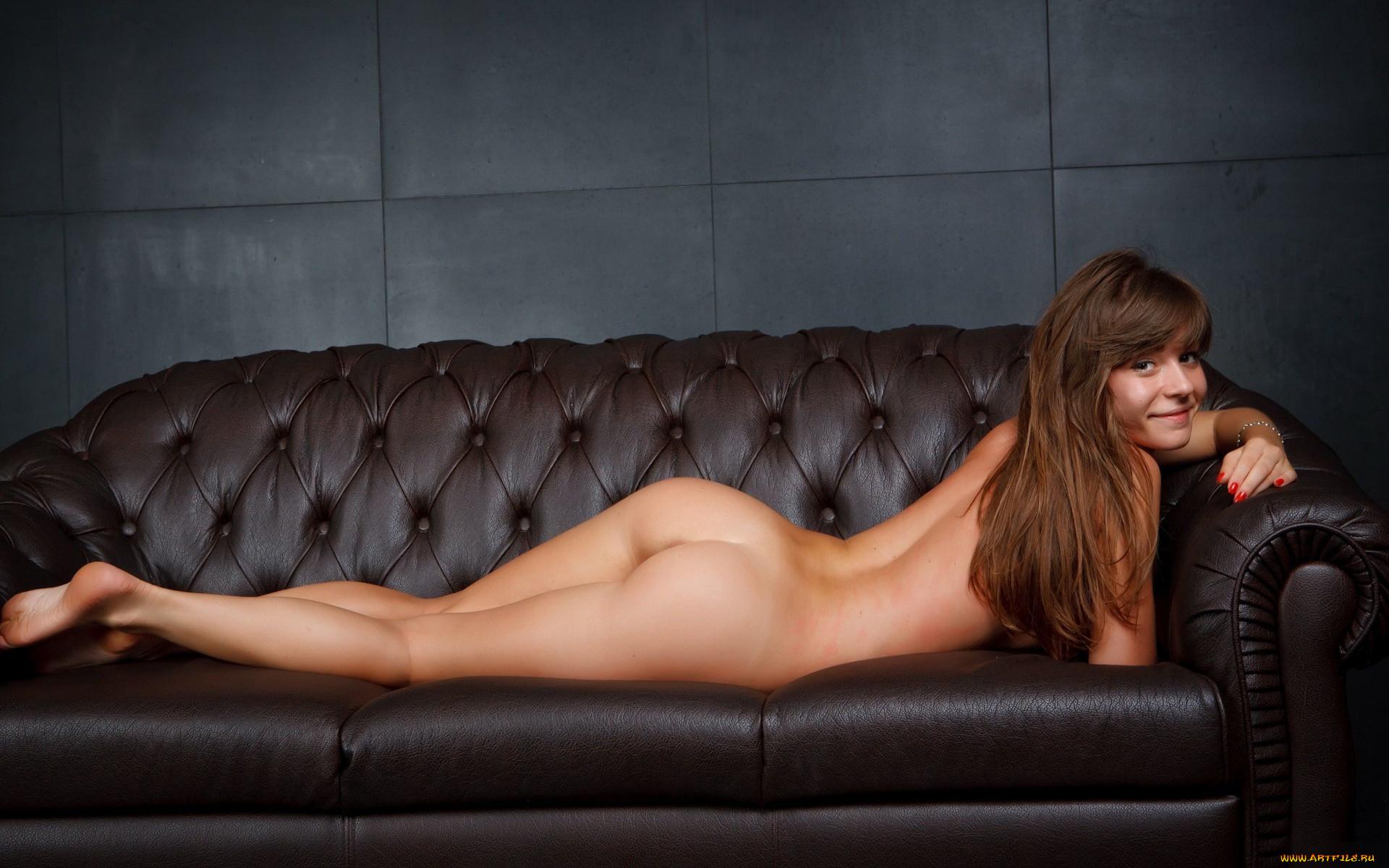 Фото голых девушек на диване 2 фотография